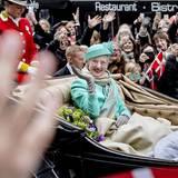 Von Schloss Amalienborg geht es per Kutsche zum Rathaus. Statt Prinz Henrik, der wegen Krankheit nicht dabei sein kann, begleiten Prinzessin Mary und Prinz Frederik die Königin.