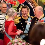 Kronprinz Frederik hält die Rede auf seine Mutter in drei Sprachen: Er beginnt in Englisch, gratuliert König Philippe von Belgien, der seinen 55. Geburtstag in Kopenhagen feiert, auf Französisch und wechselt dann ins Dänische. Am Ende holt sich der lachende Kronprinz den Dank seiner Mutter für die schöne Rede persönlich ab.