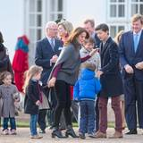 16. April 2015: Geburtstagsmorgen  Die royalen Gäste kommen vor Schloss Fredensborg zusammen, um gemeinsam Königin Margrethe zu gratulieren. Mit dabei sind: Prinzessin Josephine und ihre Mutter Prinzessin Mary, König Willem-Alexander, König Carl Gustaf, Königin Silvia und Margrethes andere Enkelkinder Prinzessin Athena, Prinz Henrik, Prinz Nikolai und Prinz Felix.