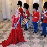 Königin Margrethe muss beim Bankett auf die Begleitung ihres Mannes Prinz Henrik verzichten. Der Prinzgemahl ist krank. Ihre Tischherren beim Bankett später sind König Carl Gustaf und König Harald.