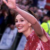 """Sie steht Patin für den Achselskandal und wird das Bild, das 1999 auf der Filmpremiere zu """"Notting Hill"""" in London entstand, nicht mehr los. Schauspielerin Julia Roberts wundert sich noch heute über den weltweiten Wirbel: """"Es war, als hätte ich einen Chinchilla unter dem Arm gehabt."""""""