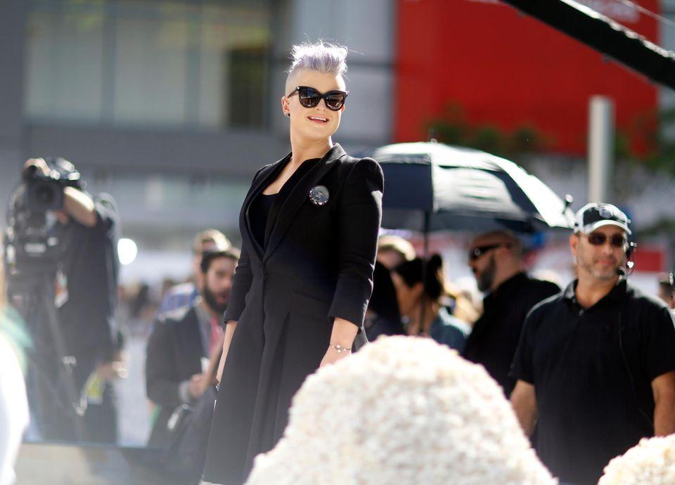 """Kelly Osbourne kommt frisch frisiert und ganz in Schwarz zu den """"MTV Movie Awards""""."""