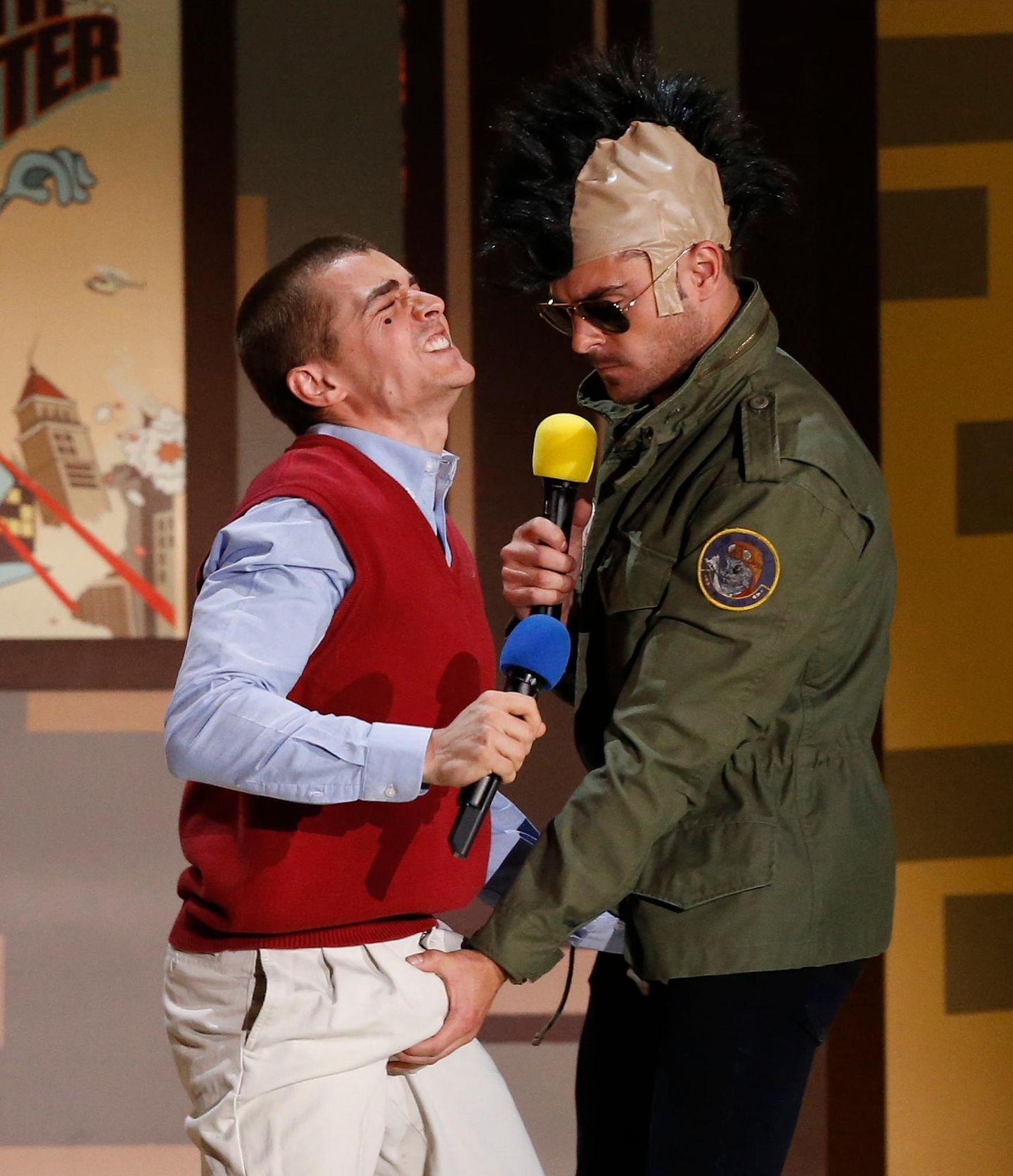 """Zac Efron scherzt mit seinem """"Bad Neighbours""""-Kollegen Dave Franco. Efron räumt zum zweiten Mal in Folge den Preis für die beste Oben-ohne-Darbietung im Film ab."""