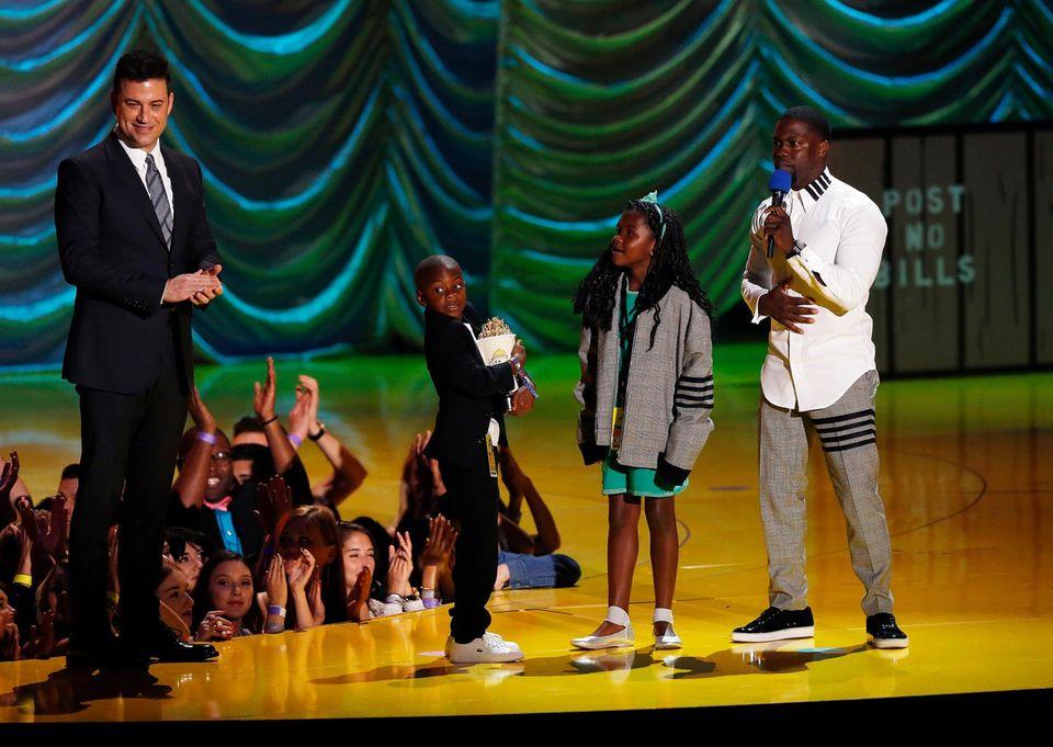 """Kevin Hart kommt mit seinen Kindern auf die Bühne, um den """"Comedic Genius Award"""" von Jimmy Kimmel entgegenzunehmen."""