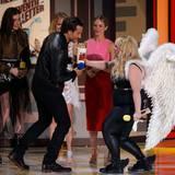 """Rebel Wilson, in sehr speziellem Engels-Outfit, ehrt Bradley Cooper als besten Schauspieler für """"American Sniper"""". Ihren """"Pitch Perfect 2""""-Kolleginnen Hailee Steinfeld, Anna Camp und Brittany Snow dürfen zumindest zuschauen."""