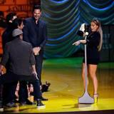 """Jennifer Lopez bekommt den Award als bester Angsthase in """"The Boy Next Door"""" und fordert den Cast von """"Magic Mike 2"""" zum Tanzen auf. Das lassen sich Channing Tatum, Adam Rodriguez, Matt Bomer und Joe Manganiello nicht zweimal sagen."""