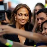 Jennifer Lopez hat immer Zeit für Selfies mit Fans am roten Teppich.