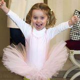 Mini-Ballerina Sole Trussardi hat sichtlich Spaß an ihrem farbenfrohen Outfit. Um so süß darin auszusehen, gehört aber auch eine große Portion Schönheit von Mama Michelle Hunziker dazu.