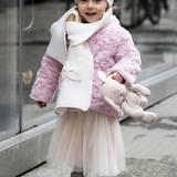Wie eine kleine Prinzessin spaziert Sole Trussardi im rosafarbenen Mädchentraum-Outfit mit Teddy-Jacke und Tutu durch den grauen Matsch.