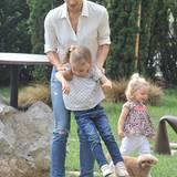 Zum Herumtollen mit Mama Michelle ist das praktische Outfit aus Jeans und süßem Blümchen-Shirt genau richtig.