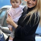 Michelle Hunziker kann so stolz sein auf ihre süße Tochter Sole, und mit altrosa Cardigan und grauer Jeans ist sie auch ganz bezaubernd gekleidet.