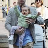 Im lindgrünen Sweater und Blumen-Leggings lässt es sich für Sole Trussardi ganz bequem auf dem Arm von Papa Tomaso rumzappeln.