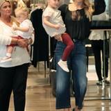 Beim Shopping-Trip mit Mama Michelle Hunziker tragen ihre beiden Mädchen Sole und Celeste einen süßen Partnerlook: rote Leggings und ein gepunktetes Blüschen.