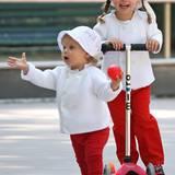 Zur Feier des Tages hat Mama Michelle Hunziker die beiden Süßen im weiß-orangenen Partnerlook gekleidet.