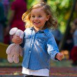 Die Sonne geht auf! Im sportlichen Jeans-Look tobt Michelle Hunzikers bezaubernde Tochter Sole Trussardi ausgelassen über den Spielplatz in Mailand.