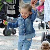 Ein Jeans-Outfit wie das von Sole Trussardi ist nicht nur süß, sondern auch bestens für einen Tag auf dem Spielplatz geeignet.