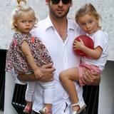 Papa Tomaso Trussardi trägt seine beiden Töchter Celeste (links) und Sole auf dem Arm.