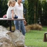Hach, sind die drei nicht süß? Michelle Hunziker ist mit ihrer Familie im italienischen Örtchen Mapello unterwegs. Hündchen Lilly darf dabei nicht fehlen.