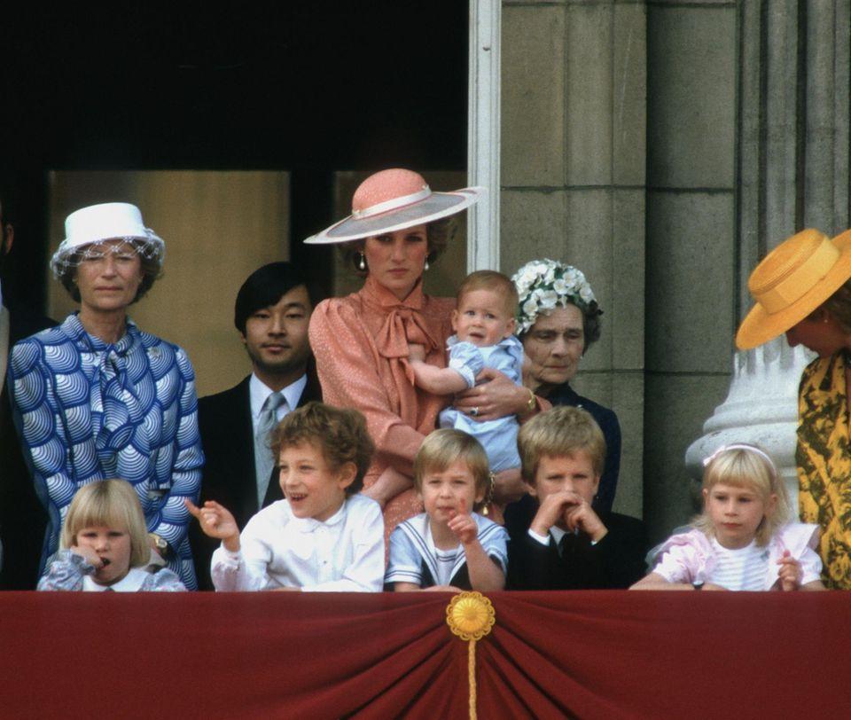 """Familienähnlichkeit der jüngeren Royals? Bei """"Trooping the Colour"""" 1985 schauen Zara Phillips, Lord Frederick Windsor, Prinz William, Peter Phillips und Lady Gabriella Windsor gemeinsam in den Himmel und auf die Flugzeuge. Prinzessin Diana hat den kleinen Harry auf dem Arm."""