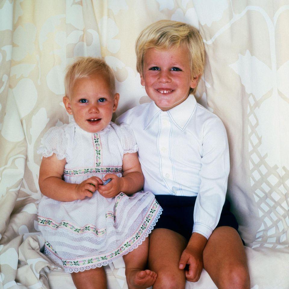 Diese beiden Blondschöpfe sind Zara und Peter Phillips, der Kinder von Prinzessin Anne und ihrem Mann Mark Phillips.  Beide sind bereits Eltern und so kann man vergleichen, wie sich die windsorschen Gene in der nächsten Generation durchgesetzt haben.
