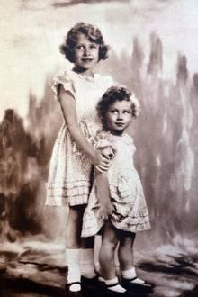 Prinzessin Elizabeth, die heutige Queen, und ihre Schwester Prinzessin Margret posieren 1933 gemeinsam für ein Bild. Elizabeth ist sieben, ihre Schwester drei Jahre alt.