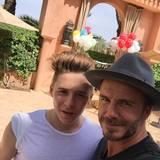 """""""Hier ist ein Foto mit Brooklyn Beckham, dem wahren Boss der Familie"""", kommentiert er den Schnappschuss mit seinem Sohn."""