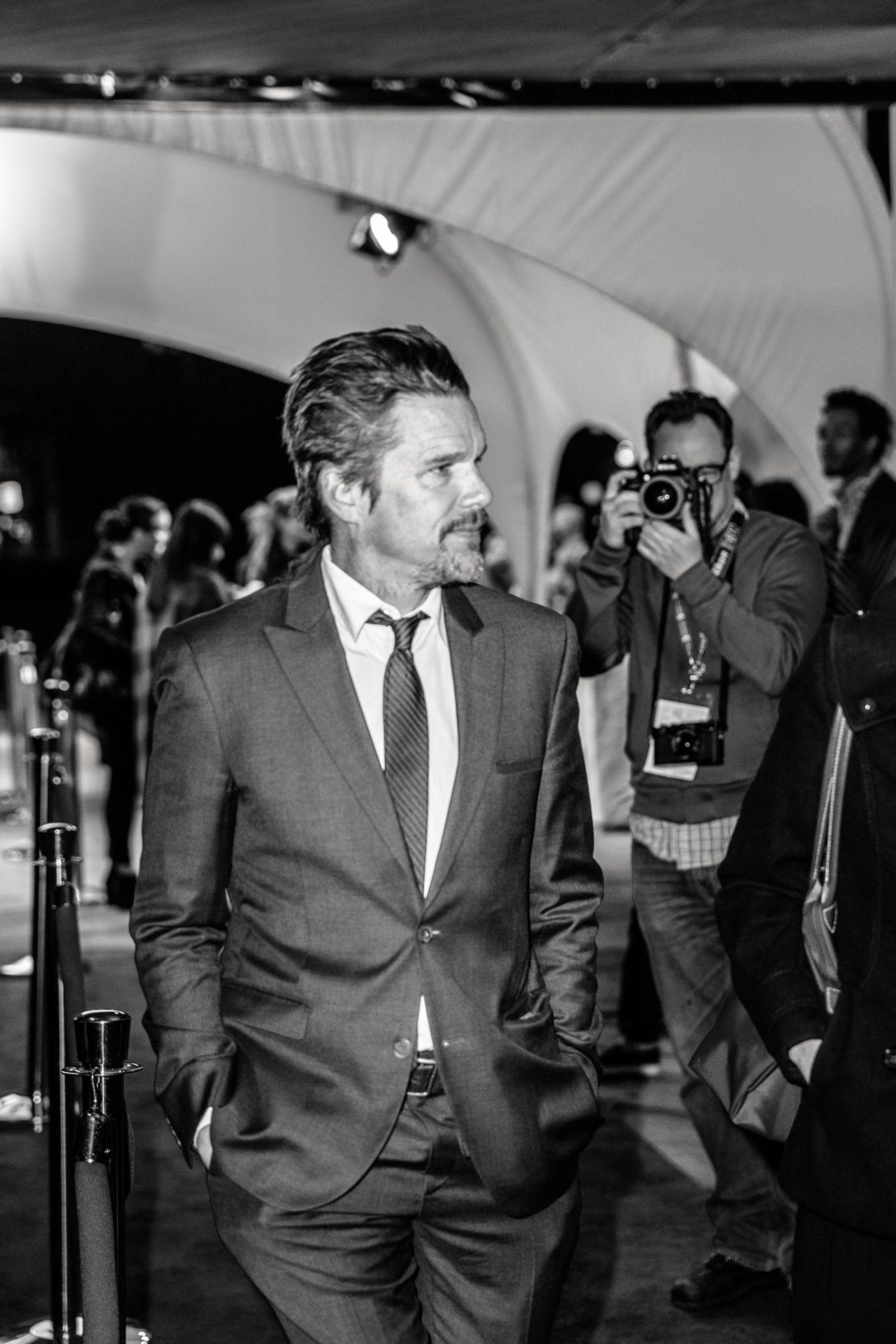 """Ethan Hawke schlendert bei der Premiere von """"Good Kill"""" über den roten Teppich. Er ist Hauptdarsteller in dem Film, der im Juni auf DVD erscheint."""