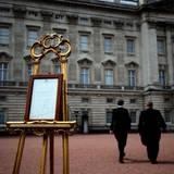 Nachdem es schon über Twitter verkündet wurde, wird auch am Buckingham Palace ein offizieller Aushang gemacht: Eine Prinzessin wurde geboren.