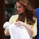 Top gestylt wie eh und je präsentiert Catherine ein paar Stunden nach der Geburt ihre Tocher.