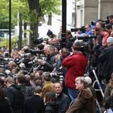 Die Fotografen und Fans warten gespannt darauf, dass Herzogin Catherine mit dem royalen Nachwuchs auf dem Arm vor die Tür des Krankenhauses tritt.