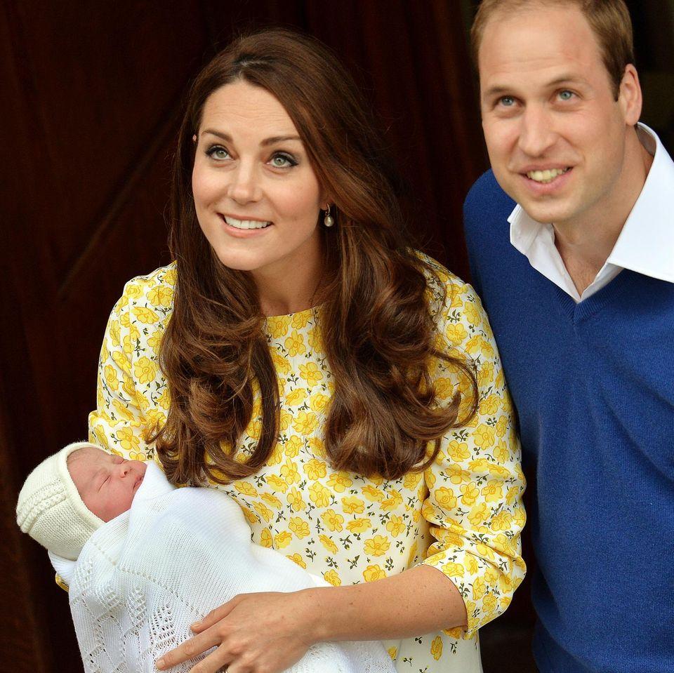 Kate trägt wie kurz nach der Geburt von Prinz George ein Kleid der Designerin Jenny Packham.