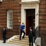 Auf geht's, nur ein paar Stufen hoch und Prinz George sieht sein Geschwisterchen zum ersten Mal.