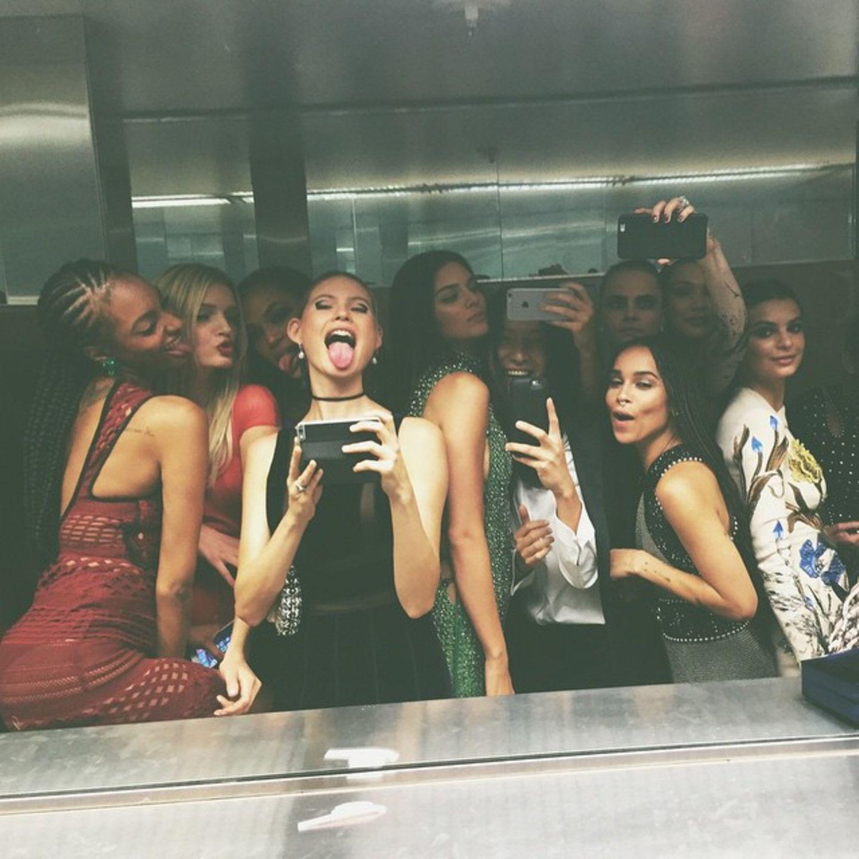 """Kendall Jenner postet ein """"Bathroom -Selfie"""". Mit dabei sind Zoe Kravitz, Cara Delevingne und Behati Prinsloo."""