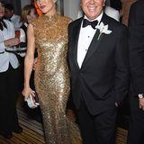 Kate Hudson mag sich von ihrer goldenen Michael-Kors-Robe nicht trennen, und feiert auf der Party des Designers kräftig weiter.