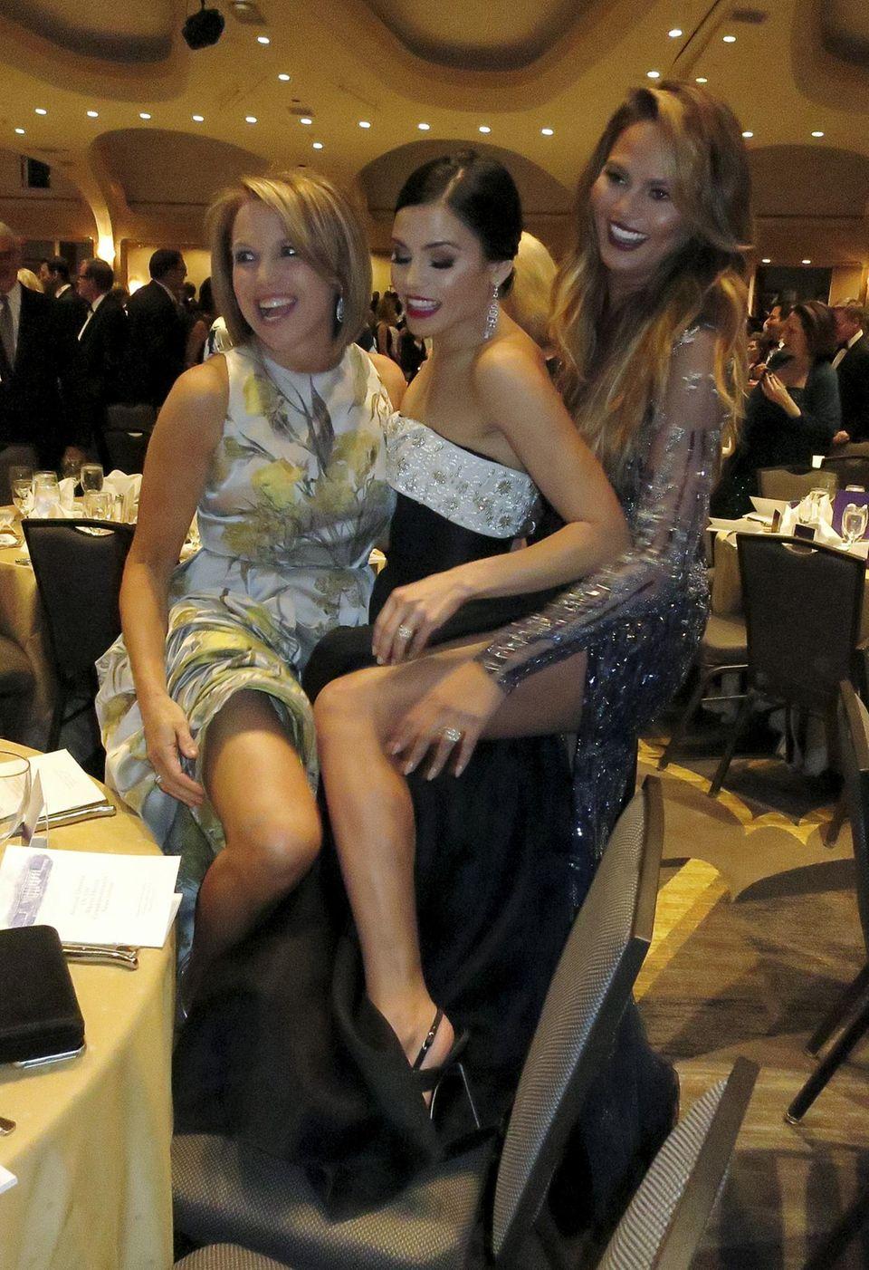 Chrissy Teigen (rechts) vergleicht ihre Modelbeine mit denen von Moderatorin Katie Couric. Schauspielerin Jenna Dewan-Tatum ist zwischen die Fronten geraten.