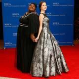 Die Schauspielerinnen Gabourey Sidibe und Bailee Madison machen, was die Fotografen von ihnen verlangen.