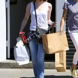 Super lässig in Jeans und Tank-Top spaziert Emma Stone durch Hollywood. Selbst ihre Tasche im Crossbody-Format unterliegt vor allem derm Prinzip der Funktionalität - von Glamour keine Spur.