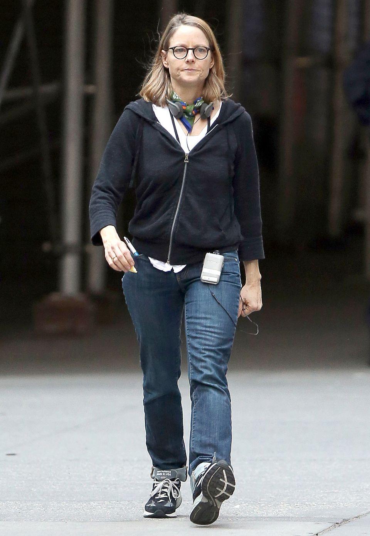"""Herrlich unperfekt und sogar mit echter """"Oldschool""""-Technologie spaziert Jodie Foster durch ihre Wahlheimat New York. Uncoole Sneaker, eine unförmige Sweatshirt-Jacke und langweilige Jeans sind dabei ihr bevorzugtes Outfit."""
