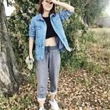 """Hochgekrempelte Joggingshose, bequeme Jeansjacke und Haare im Undone-Look – Lena Meyer Landrut präsentiert sich in diesem herrlich normalen Wohlfühl-Look auf Instagram. Ihre Fans sind begeistert. Ein User schwärmt: """"Jogginghose und trotzdem perfekt...das macht dich aus."""" Ein anderer Kommentar lautet: """"Dieses Outfit ist das Beste, das ich je an Lena gesehen habe."""""""