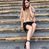 Wow! Schwarzer Lederrock, nudefarbene Seidenbluse und sexy High Heels - diesen stylischen Look postete Lena auf ihrem Instagram-Account.