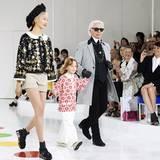 Zum Abschluss lässt sich Modegenie Karl Lagerfeld persönlich für seine Cruise Collection 2016 des Hauses Chanel feiern.