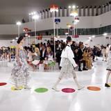 """Für Chanels """"Croisière Seoul 2015/16 Kollektion"""" hatte Kreativdirektor Karl Lagerfeld in den futuristisch anmutenden """"Dongdaemun Design Plaza"""" der Stararchitektin Zaha Hadid ins südkoreanische Seoul eingeladen. Die Zwischenkollektion, die im November in die Läden kommt, soll die Brücke zwischen der Wintermode 15/16 und der Sommermode 2016 sein. Von der traditionellen koreanischen Kleidung inspiriert, hatte Lagerfeld farbenfrohe Patchworkmuster mit dem typischen Chanel-Twist entworfen."""