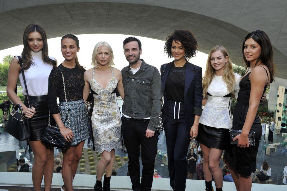 Stars wie Miranda Kerr, Alicia Vikander, Michelle Williams, Nathalie Emmanuel, Britt Robertson und Adele Exarchopoulos scharen sich um Kreativchef Nicolas Ghesquière.