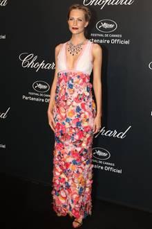 Poppy Delevingne verzaubert in einem reich verzierten Haute-Couture-Kleid von Chanel aus der Frühjahr-Sommerkollektion 2013.