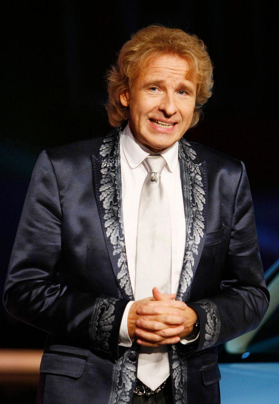5. Dezember 2009: Mit seinem blau-silbernen Outfit verbreitet Thomas Gottschalk während der Moderation von 'Wetten, dass...?' in Bremen vorweihnachtliche Stimmung.