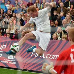 Zu Hause in England ist der Fußball Nationalsport. Auch in Auckland lässt Harry es sich nicht nehmen, bei einem Spiel mitzukicken.