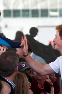 High Five: Harry begrüßt einen kleinen Fan.