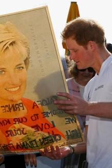 Ein rührendes Geschenk für den Prinzen: Harry bekommt ein Bilder seiner verstorbenen Mutter Lady Diana geschenkt.