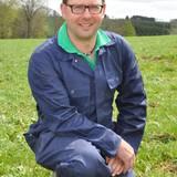 """Der Belgier Bernd, 37, besitzt einen 50 Hektar großen Grünlandbetrieb mit rund 180 Kühen und Jungtieren in der Eifel.      Alle Infos zu """"Bauer sucht Frau'"""" im Special bei RTL.de: www.rtl.de/cms/sendungen/bauer-sucht-frau.html"""