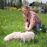 """Schweinebauer Simon, 40, stammt aus Oberbayern und lebt mit Mutter Cäcilia auf einem 15 Hektar großen Hof. Hauptberuflich kümmert er sich um seinen Ferkelzuchtbetrieb.    Alle Infos zu """"Bauer sucht Frau'"""" im Special bei RTL.de: www.rtl.de/cms/sendungen/bauer-sucht-frau.html"""